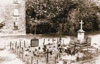Immagine: fossa comune sulla piazza della chiesa, 1945